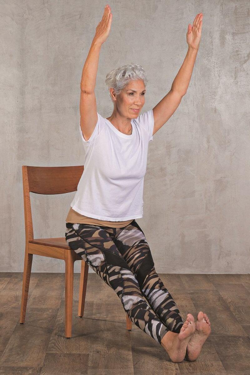 Yoga auf dem Stuhl: Einfache Übungen (Anleitung mit Bildern)